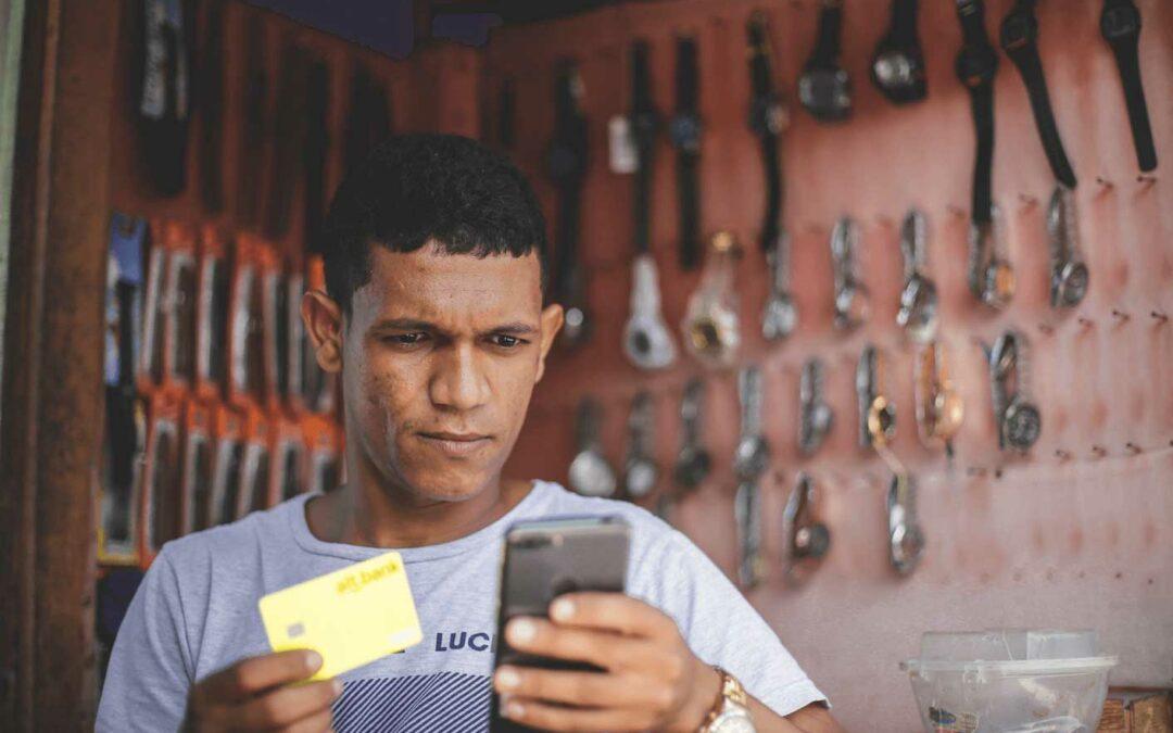 Homem com o cartão alt.bank na mão